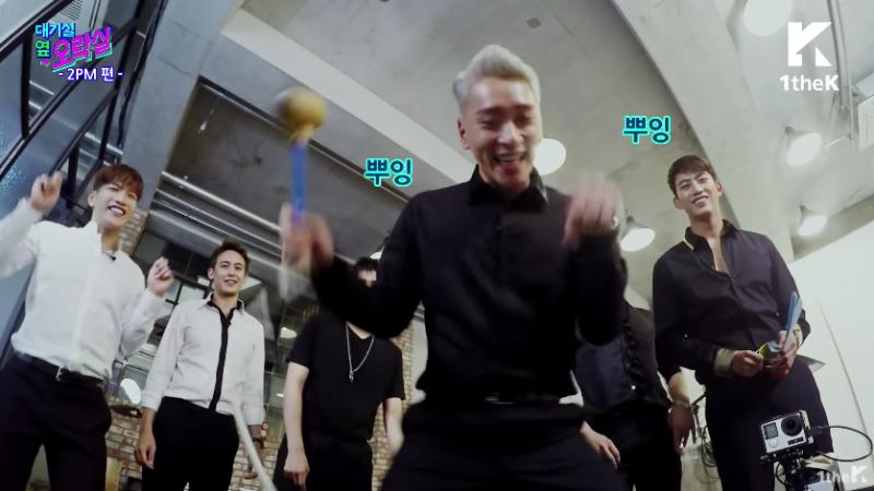 """2PM hace travesuras jugando """"golpea al topo"""" en """"Idol Arcade"""""""