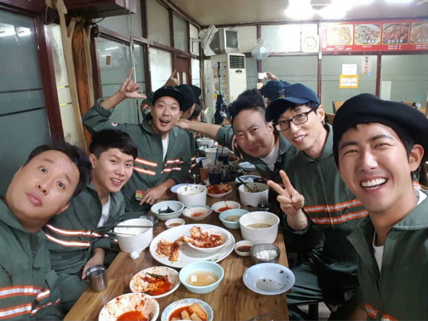 """Park Myung Soo comparte una comida de cumpleaños con sus compañeros de """"Infinite Challenge"""""""