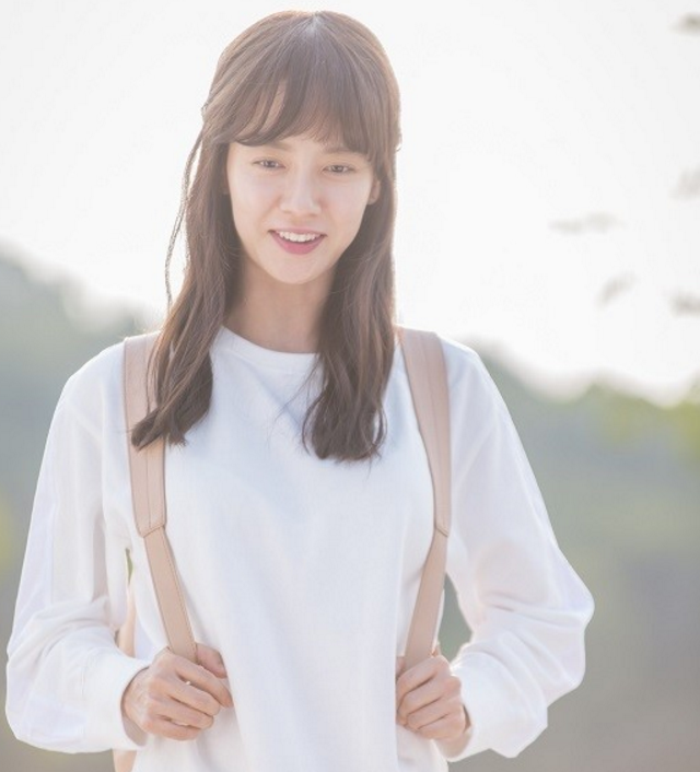 Song Ji Hyo es una estudiante de universidad inocente en imágenes del nuevo drama de JTBC