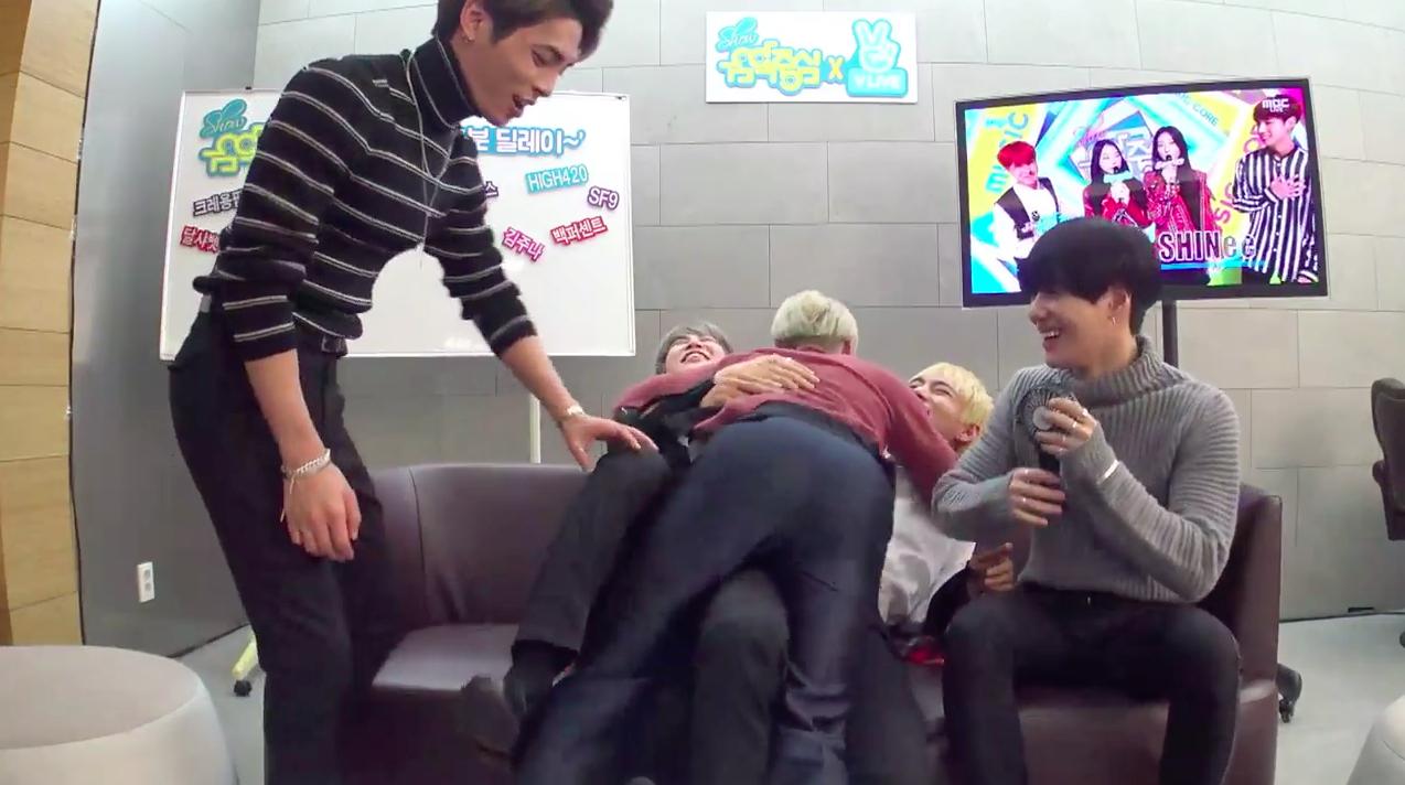 """BTS, SHINee, GOT7 y más muestran su amor entre grupos y reaccionan a las actuaciones de """"Music Core"""""""