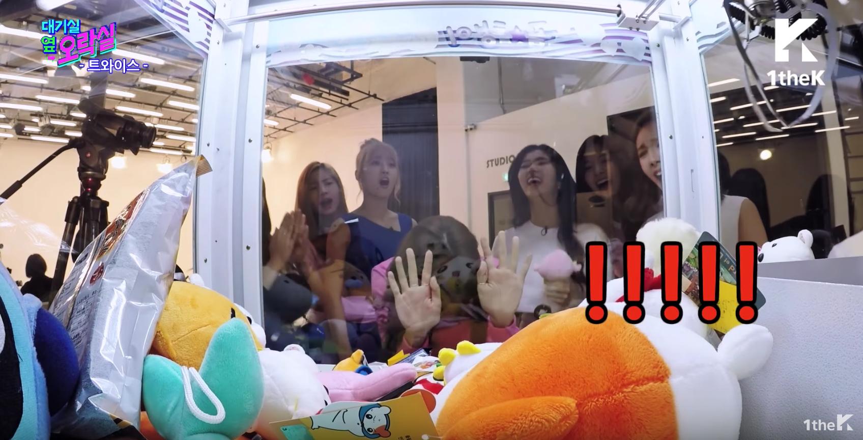 """Las integrantes de TWICE no dejarán que una máquina las separe de un peluche en """"Idol Arcade"""""""