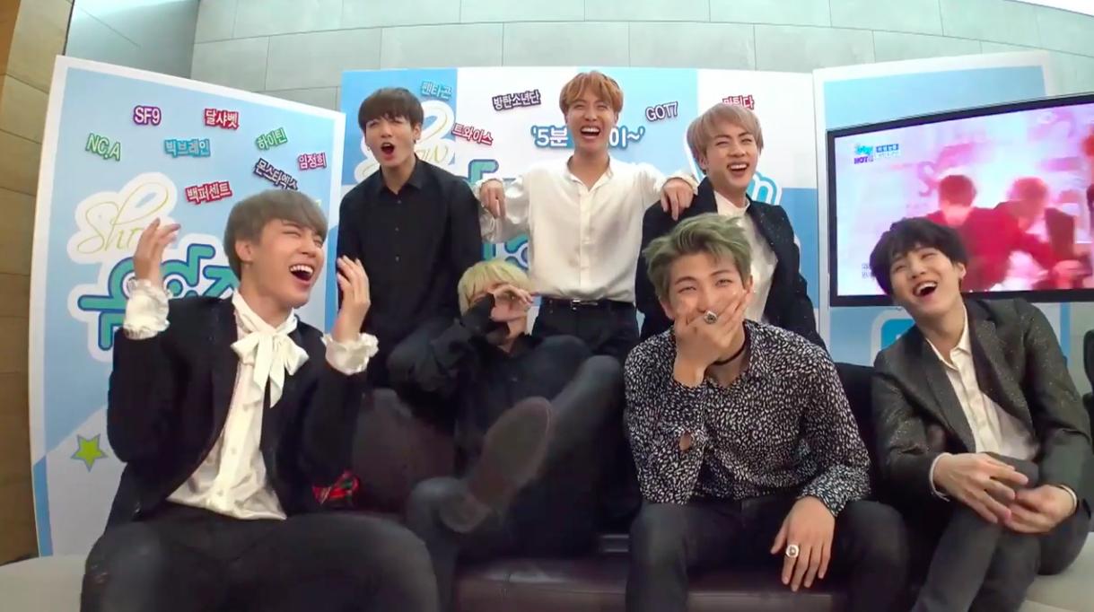 """BTS, TWICE, GOT7 y más reaccionan a sus presentaciones en """"Music Core"""""""