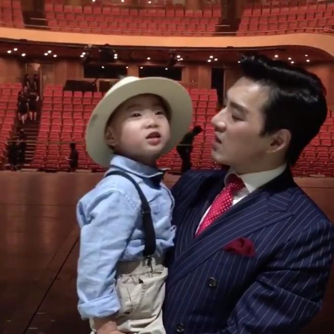 Manse muestra sus habilidades de canto durante un adorable dueto con su padre