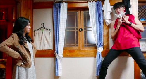 """Kim Young Kwang sin camisa y con delantal en las imágenes de """"The Man Living In Our House"""""""