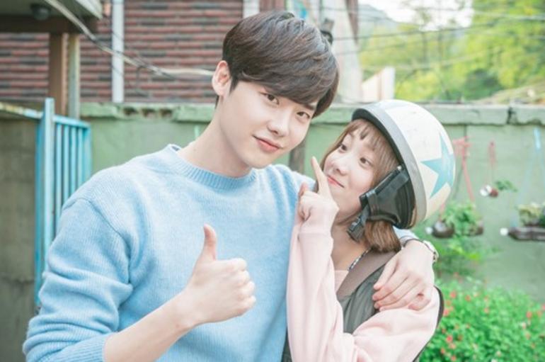 """Lee Jong Suk muestra su apoyo por """"Weightlifting Fairy Kim Bok Joo"""" en nuevas imágenes"""