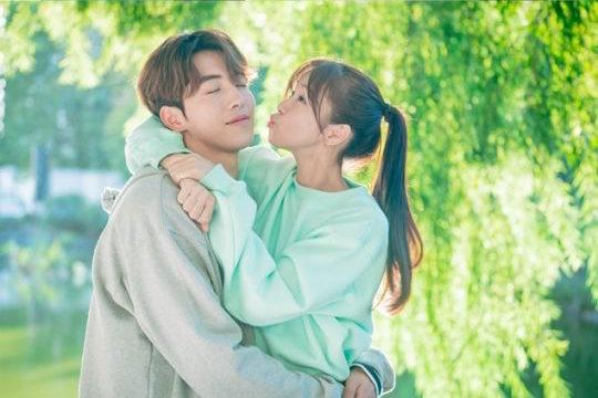 """Nam Joo Hyuk y Kyung Soo Jin son una adorable pareja (por ahora) en imágenes reveladas de """"Weightlifting Fairy Kim Bok Joo"""""""
