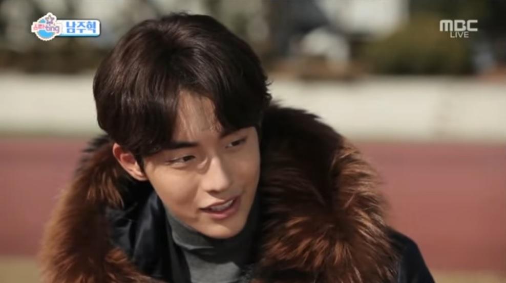 Nam Joo Hyuk opina sobre su química con la actriz Lee Sung Kyung y revela con qué actores le gustaría trabajar