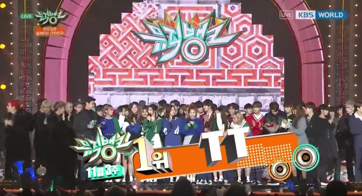 """TWICE consigue su novena victoria con """"TT"""" en """"Music Bank"""", actuaciones de SHINee, BTS, B.A.P y más"""