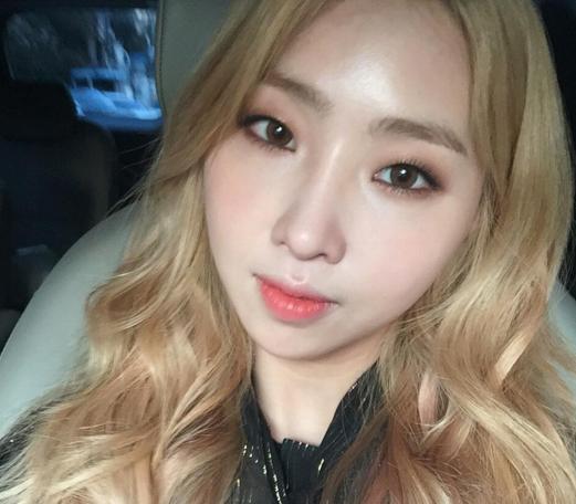 Minzy actualiza a sus fans con su más reciente cambio de look
