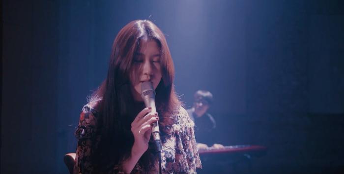 Baek Yerin se toma las cosas más despacio en la presentación en vivo de sus canciones navideñas