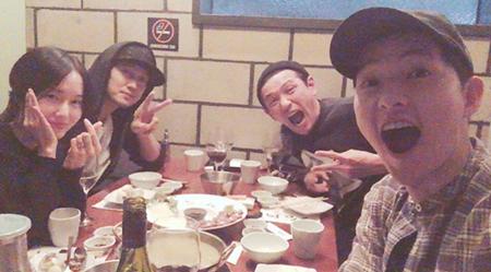 """Song Joong Ki se toma una divertida foto con sus compañeros de """"Battleship Island"""""""