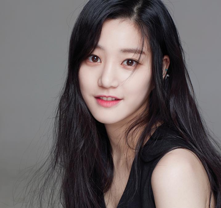 La actriz Lee Yoo Bi comparte honestamente cómo ha estado este año