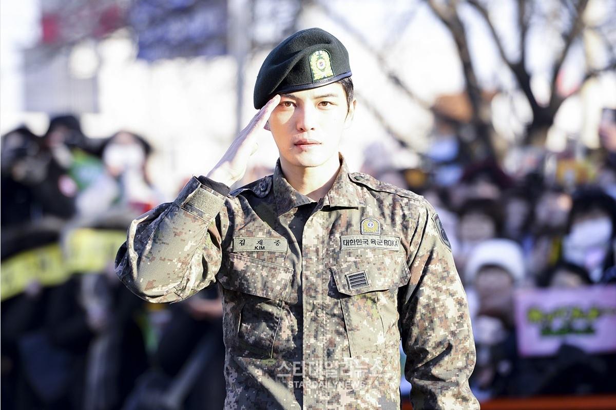 Kim Jaejoong de JYJ termina su sevicio militar, agradece a TWICE y BLACKPINK