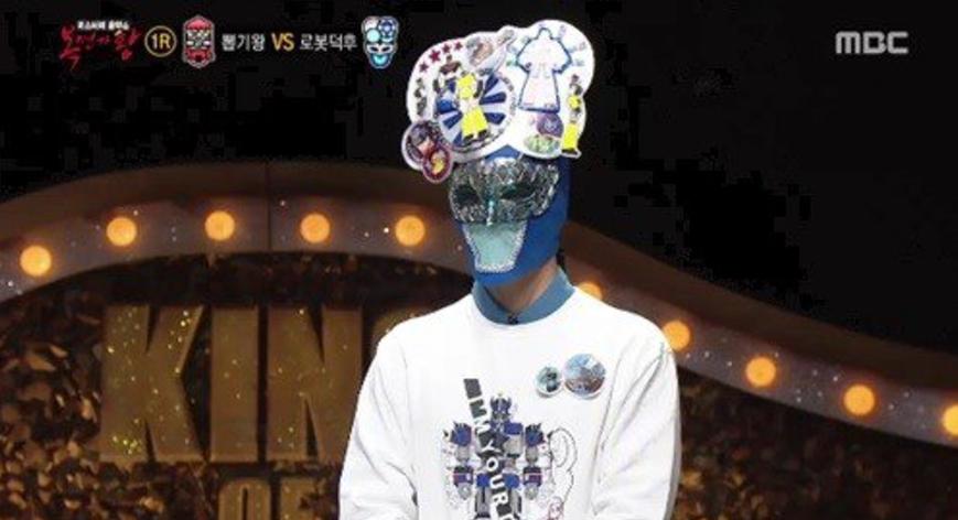 """Este ex-integrante ídolo convertido en solista muestra su talento en """"King Of Masked Singer"""""""