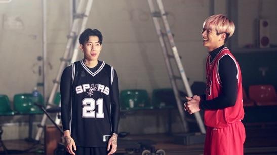 Jay Park y Jinwoon de 2AM lanzan unas canastas en un nuevo programa de variedades