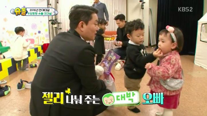 Daebak es un dulce caballero con Rohee tras bambalinas en los KBS Entertainment Awards