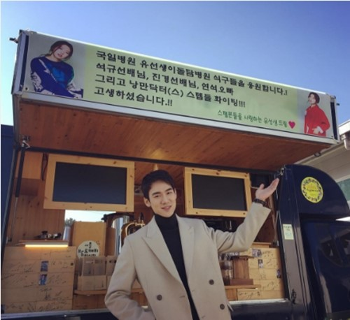 """Park Shin Hye muestra solidaridad entre """"médicos"""" con un camión de snacks para """"Romantic Doctor Kim"""""""