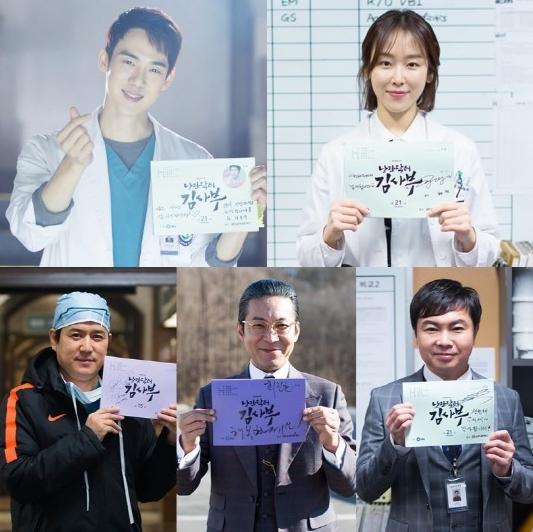 """El elenco de """"Romantic Doctor Kim"""" escribe notas de agradecimiento a la audiencia"""