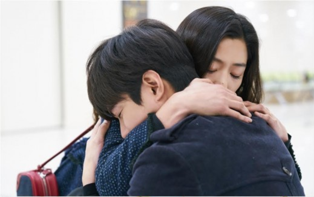"""Jun Ji Hyun consuela a un desanimado Lee Min Ho en nuevas imágenes reveladas de """"The Legend Of The Blue Sea"""""""