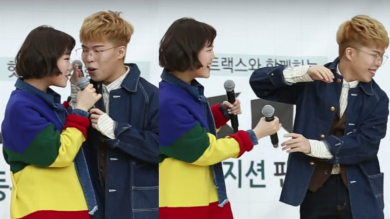 Akdong Musician reaccionan a un fallo del micrófono como verdaderos hermanos