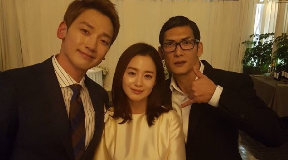 Park Joon Hyung comparte dulce foto con la pareja de recién casados Rain y Kim Tae Hee + Honey Lee habla sobre posibles planes de boda luego de atrapar el ramo de flores en la boda