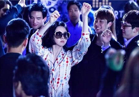 """Lee Young Ae es la reina del club en nuevas imágenes para """"Saimdang, Light's Diary"""""""