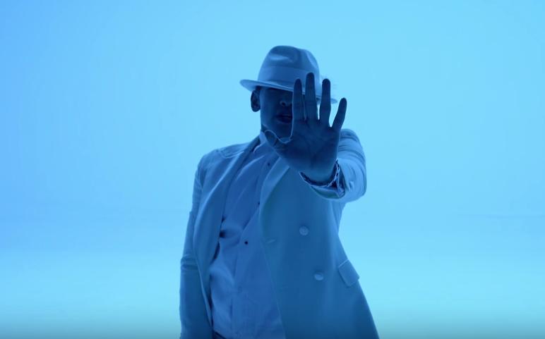 "Rain libera versión en traje blanco de ""The Best Present"""