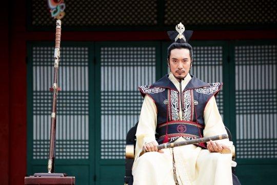 """Se revelan imágenes de la aparición de Kim Min Joon en el próximo episodio de """"Hwarang"""""""