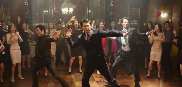 """El elenco de """"The King"""" celebra los 4 millones de espectadores con un divertido baile"""