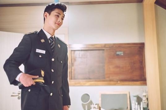 "Ji Soo es un tranquilo oficial de policía en imágenes para ""Strong Woman Do Bong Soon"""