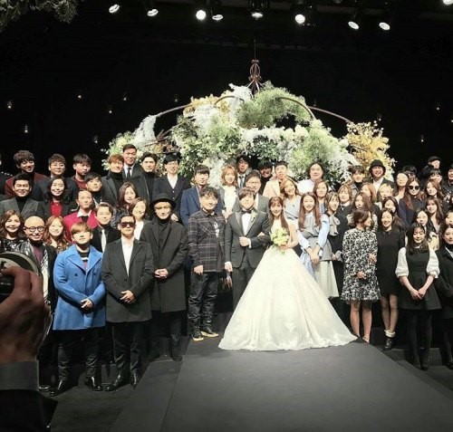 Compañeros ídolos de primera generación y amigos felicitan a Moon Hee Jun por su matrimonio