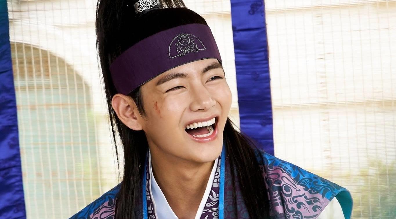 """V de BTS habla sobre su primer papel en """"Hwarang"""" y expresa su gratitud"""