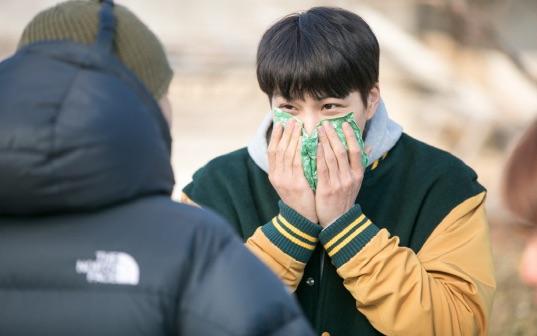 """KBS lanza adorables imágenes de Kai de EXO en el detrás de cámaras de """"Andante"""""""