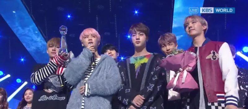 """BTS gana su 3º premio con """"Spring Day"""" en """"Music Bank"""" y actuaciones de TWICE, Red Velvet y más"""