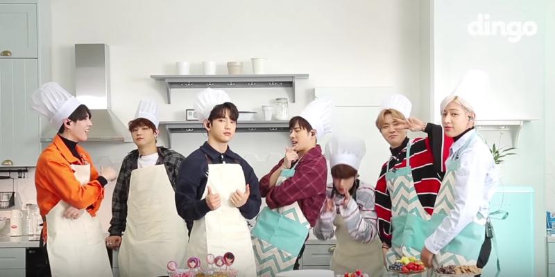 """GOT7 son maestros (de alguna clase) multitarea realizando una actuación de """"Never Ever"""" mientras decoran un pastel"""