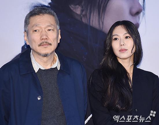 La actriz Kim Min Hee y el director Hong Sang Soo contestan de forma directa a un reportero que pregunta por su relación