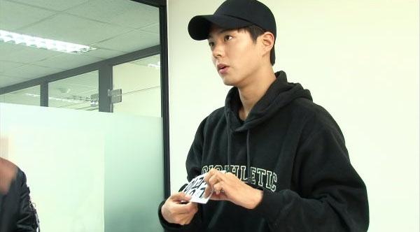"""Park Bo Gum lleva el nombre de Lee Kwang Soo en las imágenes previas de """"Running Man"""""""