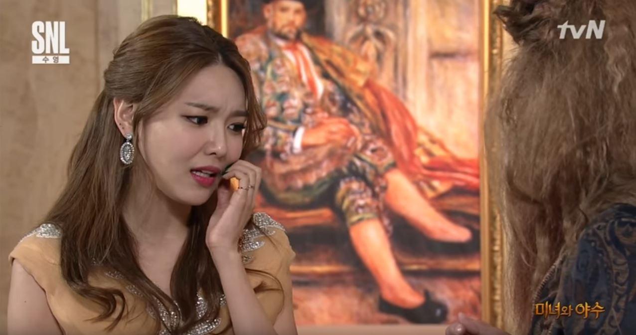 """Sooyoung de Girls' Generation se transforma en Bella para una parodia de """"la Bella y la Bestia"""" en """"SNL Korea"""""""