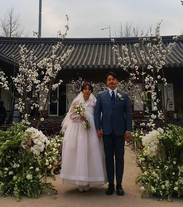 Se comparte una dulce foto de primavera de la boda de Yoon Woo Hyun de Buzz y Choi Jin Yi de Rumble Fish
