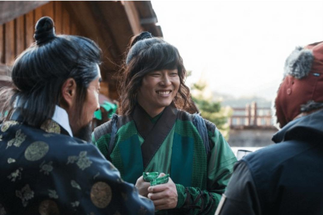 """Yoon Kyun Sang promete trabajar fuerte en """"Rebel: Thief Who Stole The People"""" luego de ser elogiado por su actuación"""