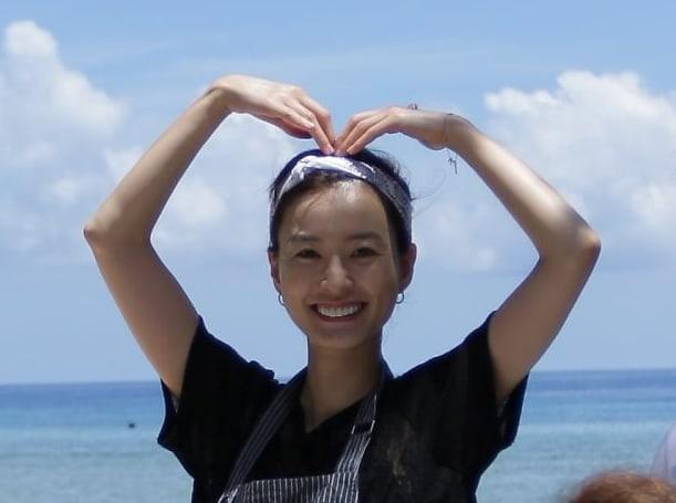 """La belleza de Jung Yoo Mi se gana el corazón de los vacacionistas en """"Youn's Kitchen"""""""