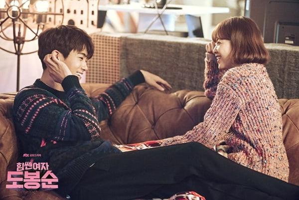 Park Bo Young revela cómo su química con Park Hyung Sik dio pie a que el personal del drama creyera que eran una pareja de verdad