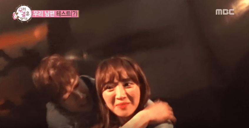 Gong Myung y Jung Hye Sung valientemente entran a una casa embrujada durante una cita en un parque de atracciones