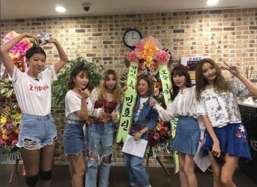 """Min Hyo Rin envía al reparto de """"Sister's Slam Dunk Season 2"""" un regalo por su debut en el escenario"""