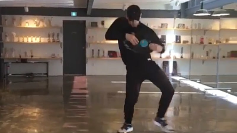 """Rain muestra sus pulidos movimientos en cover de baile de """"New Face"""" de PSY"""