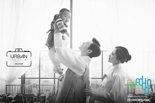 Dongho y su familia lucen felices en fotos de la primera fiesta de cumpleaños de su hijo