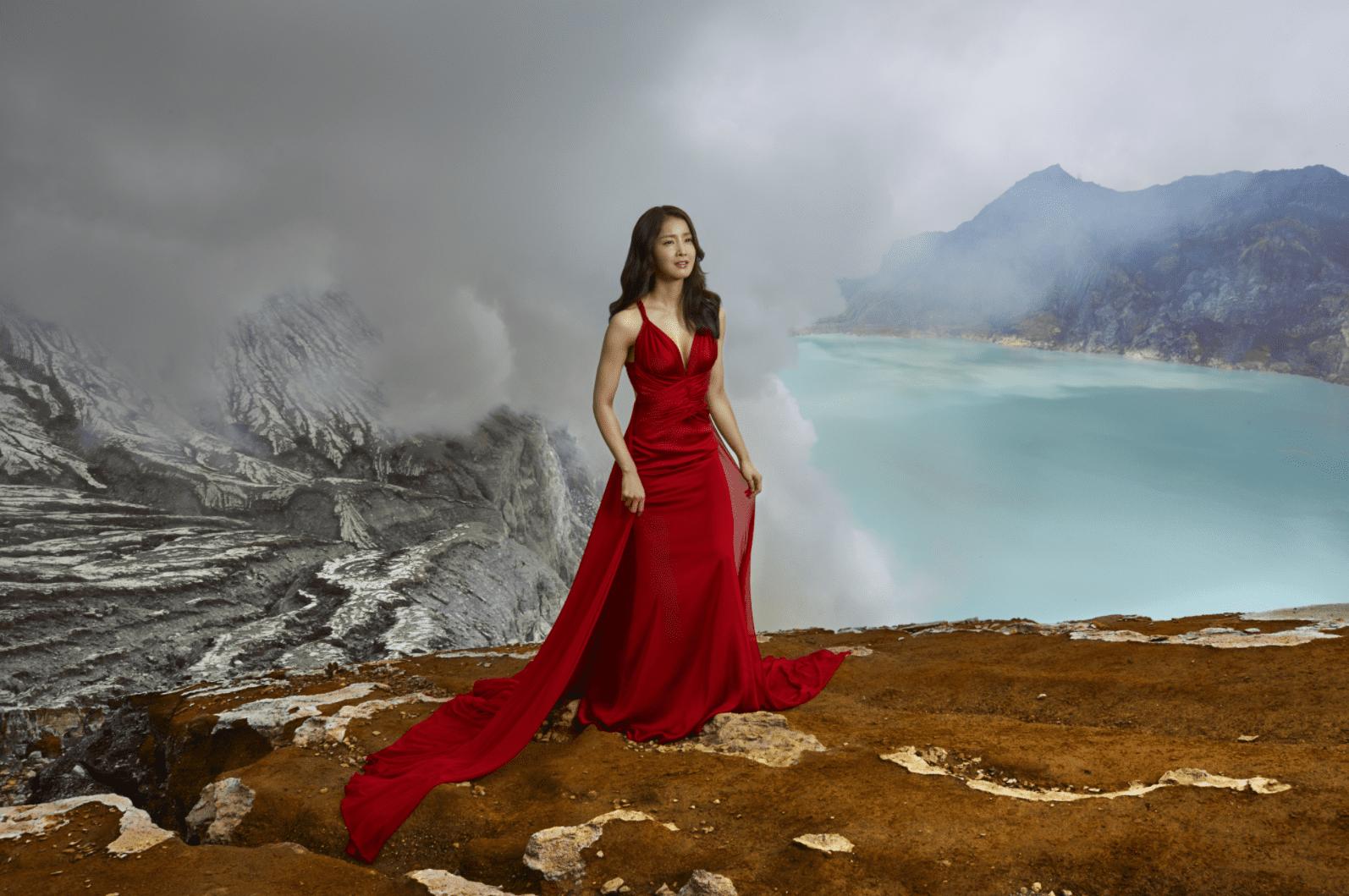 Lee Si Young muestra su lado salvaje y pone a prueba su piel en una nueva campaña de belleza
