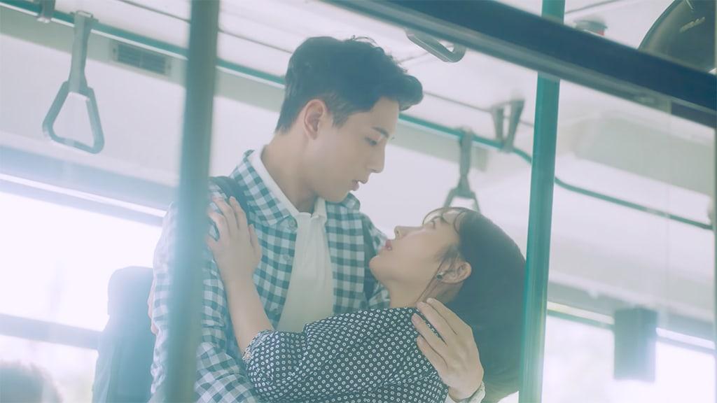 """El MV de """"Perhaps Love"""" de gugudan cuenta una historia de romance protagonizada por el actor Ji Soo"""