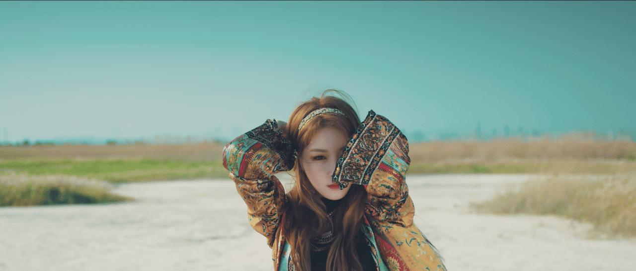Kim Chungha se divierte en el sol en nuevo video-teaser para su debut en solitario