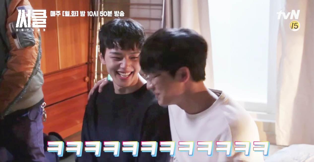 """Yeo Jin Goo muestra una energía juguetona en el plató de """"Circle"""" en un nuevo vídeo tras las cámaras"""